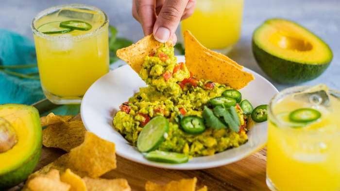 Cu ce se mănâncă guacamole sau sosul de avocado. 3 idei de gustări sănătoase și delicioase