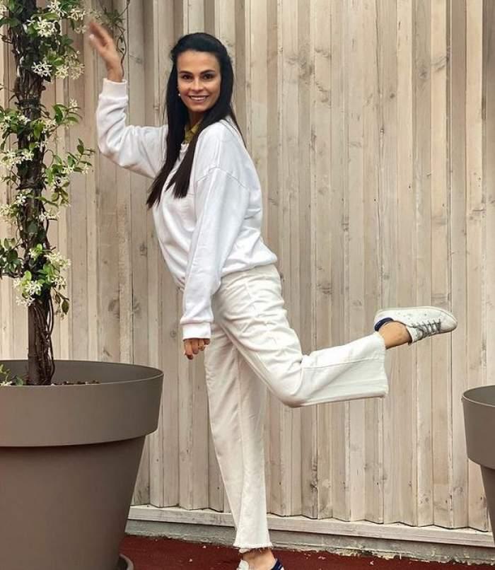 Anca Serea e îmbrăcată în alb și zâmbește.