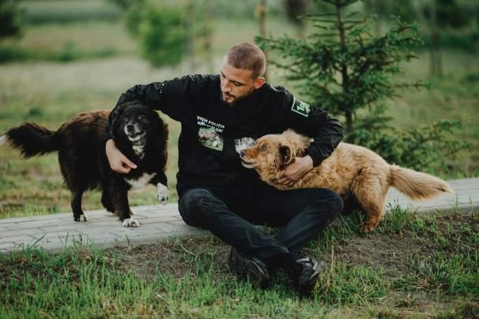 Ștefan Mandachi alături de doi câini