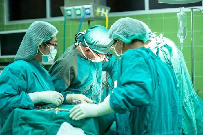 medici intr-o operatie