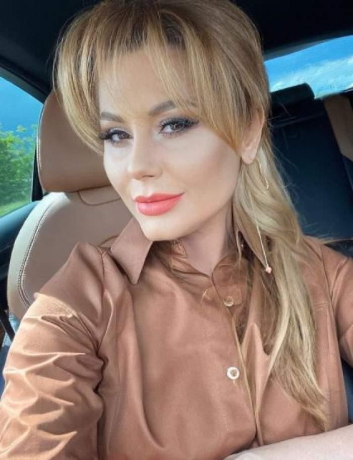 Emilia Ghinescu, selfie în mașină.