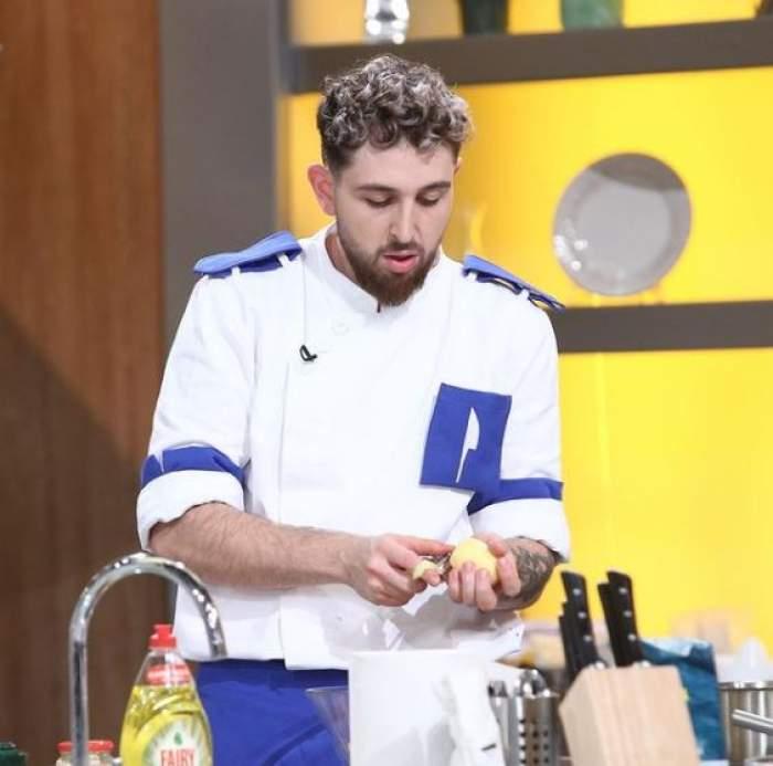 Ștefan Borleanu în timp ce gătește.