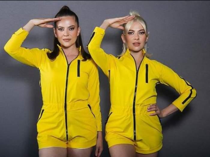 Lidia Buble și Estera, sora sa, îmbrăcate în salopete galbene.