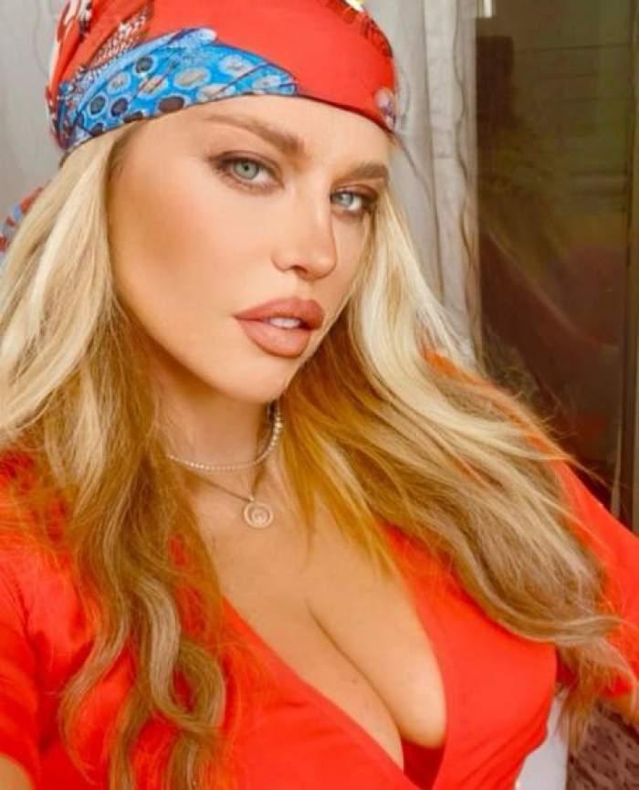 Loredana Groza îmbrăcață în roșu, cu decolteu.