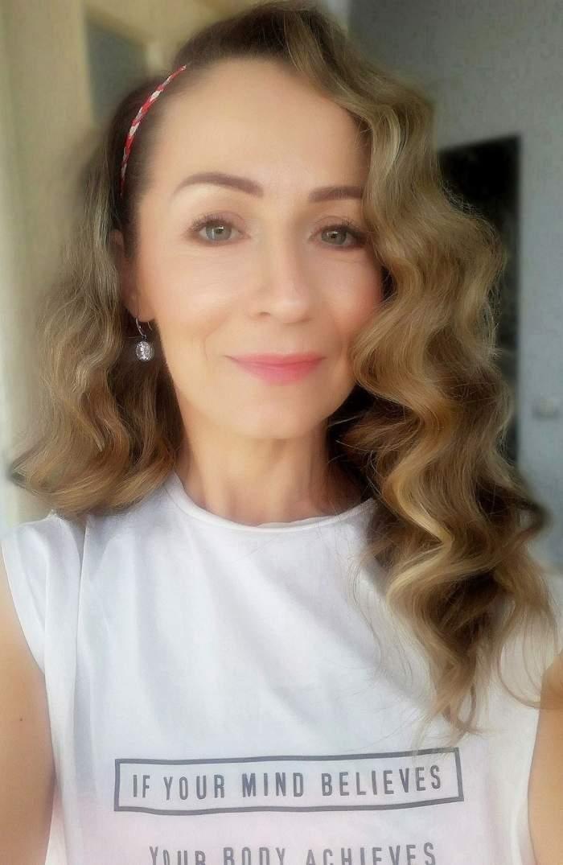Mihaela Schreiner când trăia, selfie în tricou alb.
