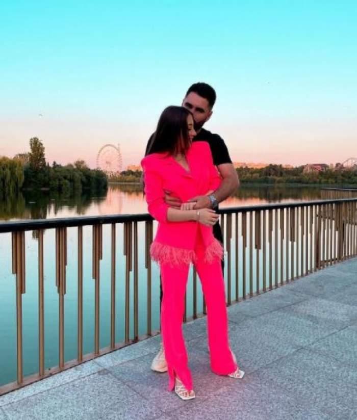 Florin Popa alături de Nicole Cherry, îmbrăcată în roz.