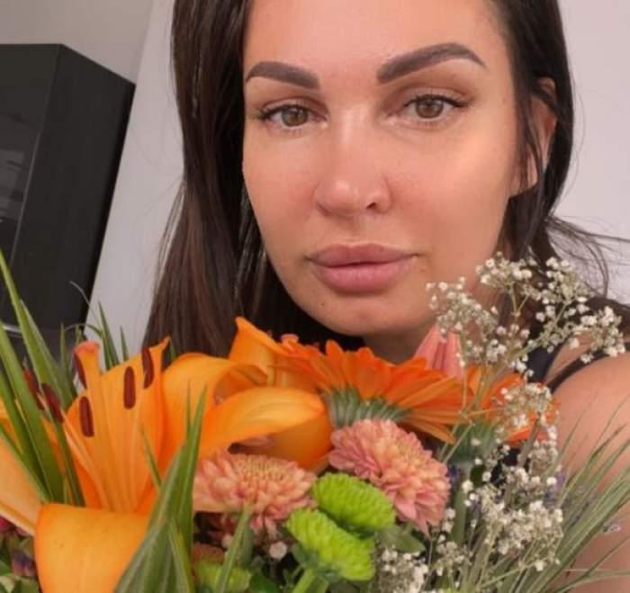 Nicoleta Luciu cu flori galbene.