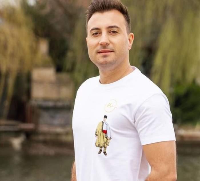 Valentin Sanfira e la un lac și poartă tricou alb.
