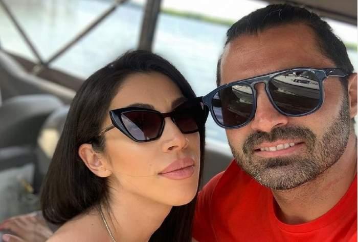 Pepe și Raluca Pastramă își fac un selfie pe barcă. Amândoi poartă ochelari de soare. El poartă un tricou roșu.