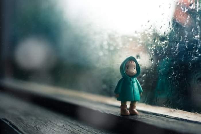 la geam când afară plouă