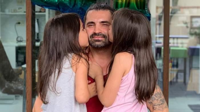 Pepe alături de fiicele sale, în timp ce îl pupă.