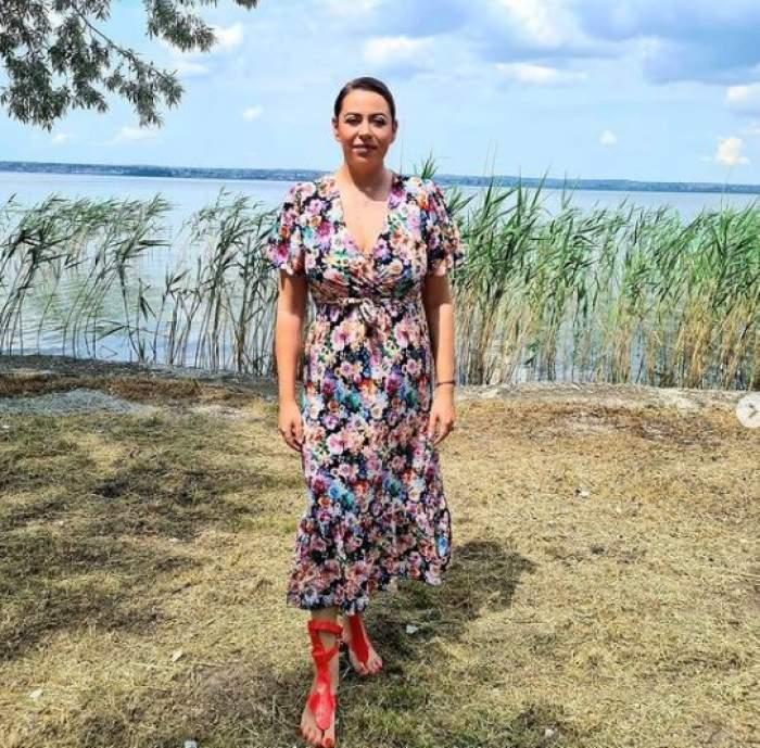 Oana Roman cu rochie lungă, multicoloră.