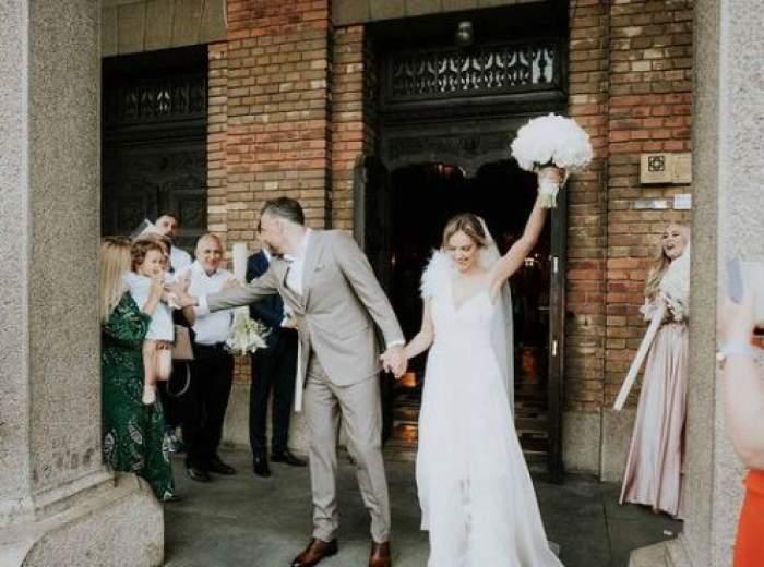 Roxana Ionescu și Tinu Vidaicu la ieșirea din biserică.