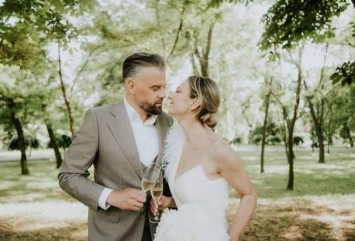 Roxana Ionescu și Tinu Vidaicu îmbrățișați, la nunta lor.