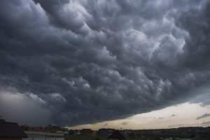 Anunț ANM. Cod portocaliu de furtuni și descărcări electrice în mai multe zone din țară