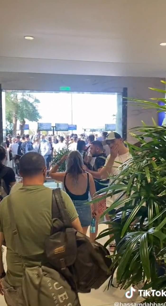 oameni la piscina evacuati