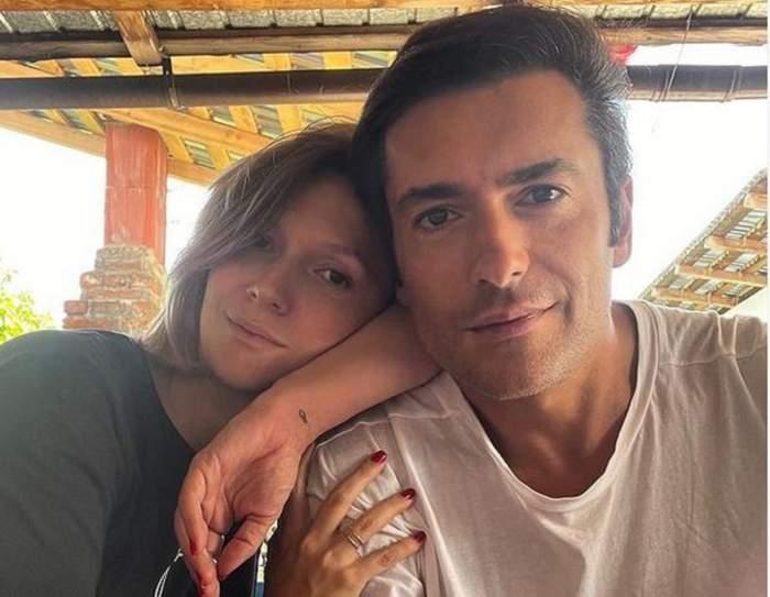 Adela Popescu și Radu Vâlcan într-un selfie. Ea stă pe umărul lui și poartă tricou negru, iar el tricou alb.