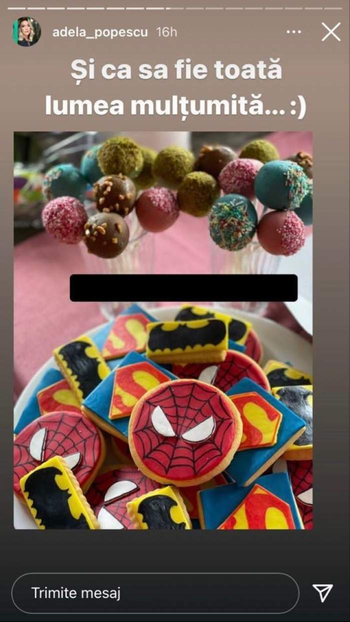 Adela Popescu a cumpărat prăjituri cu super eroi pentru petrecerea de ziua de naștere a fiului cel mare. Acestea sunt așezate pe o masă.