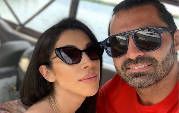 Pepe și Raluca Pascu își fac un selfie pe barcă. Amândoi poartă ochelari de soare. El poartă un tricou roșu.