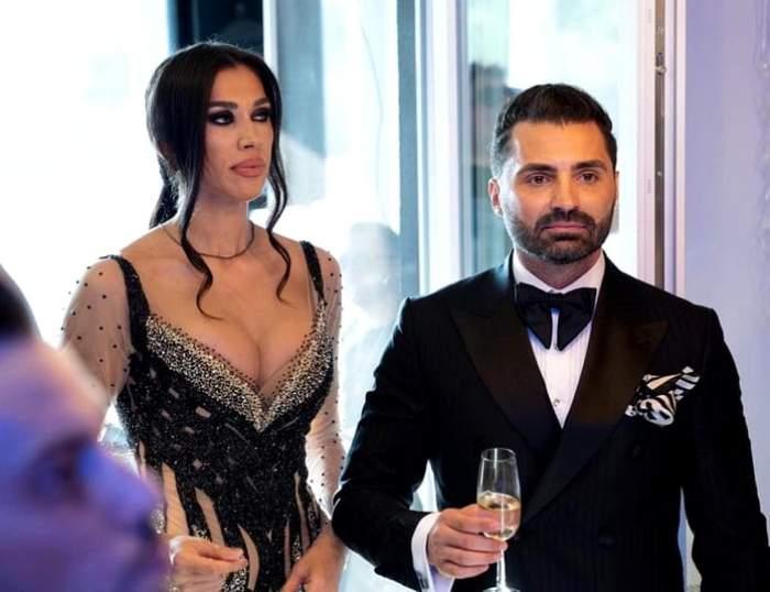 Pepe și Raluca în perioada în care formau un cuplu, la un eveniment monden, cu pahare în mână.