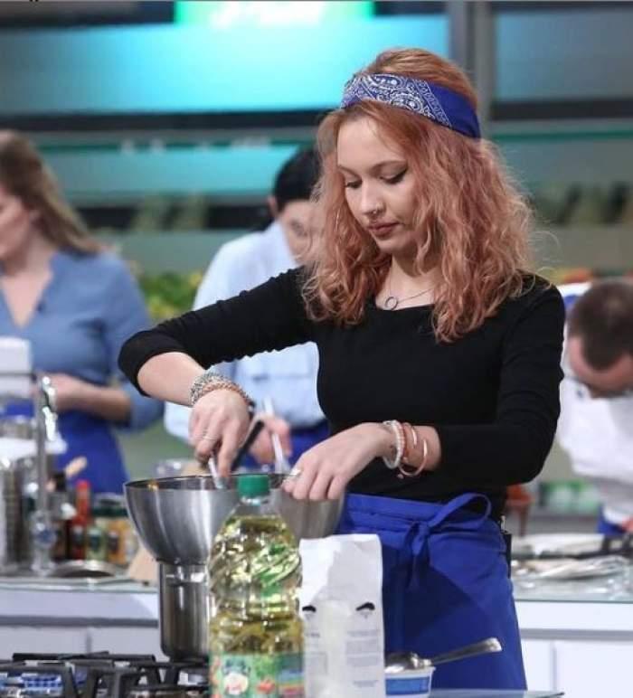 Amelia, iubita lui Keed, în timp ce gătește la Chefi la cuțite.