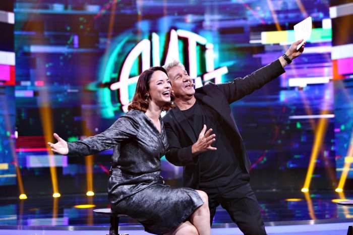 Andreea Marin alături de Dan Bittman, în timpul unei emisiuni TV, în timp ce râd.