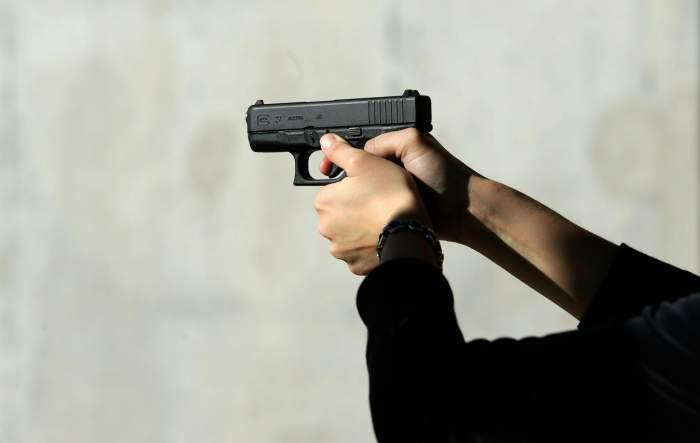 Doi tineri Capitală, jefuiți, amenințați cu arma și sechestrați. Ce i-au obligat agresorii să facă