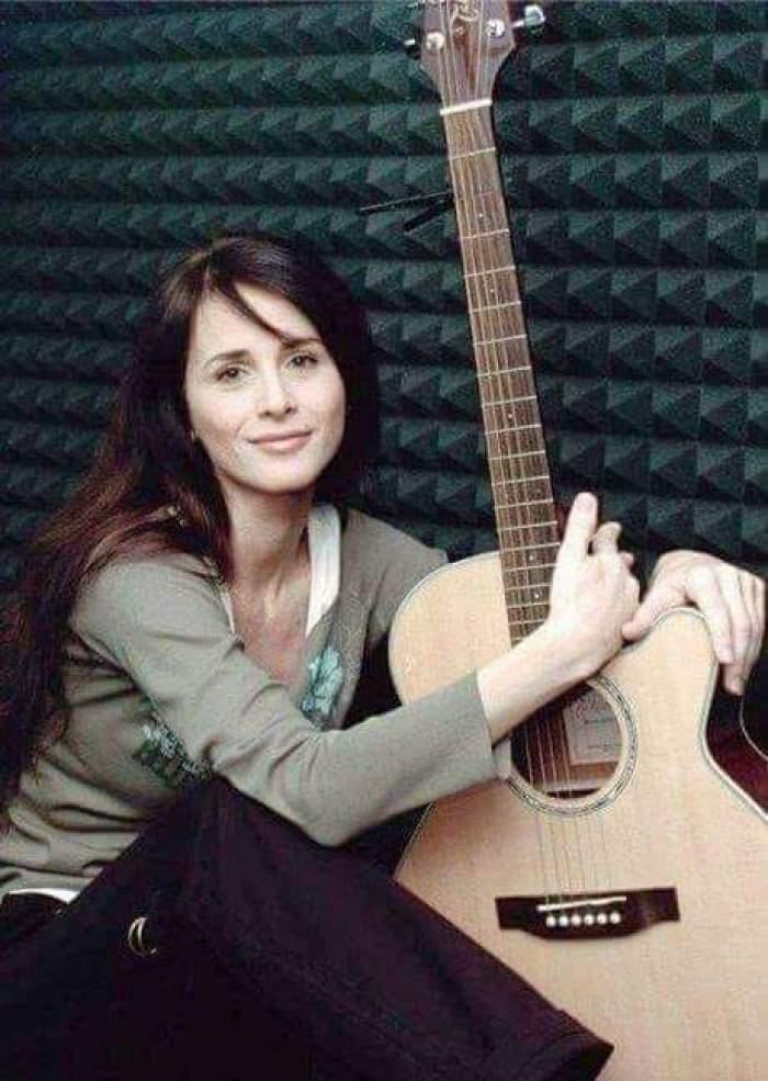 Mădălina Manole cu chitara în brațe, când trăia.