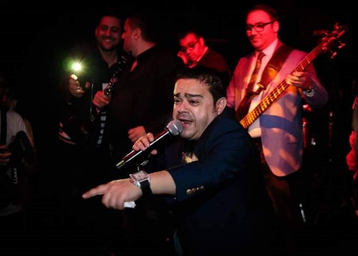 Adrian Minune în timp ce cântă.