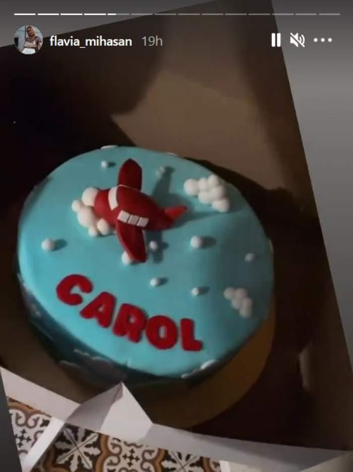 Tortul aniversar al fiului cel mare al Flaviei Mihășan e bleu și are o figurină roșie cu un avion.