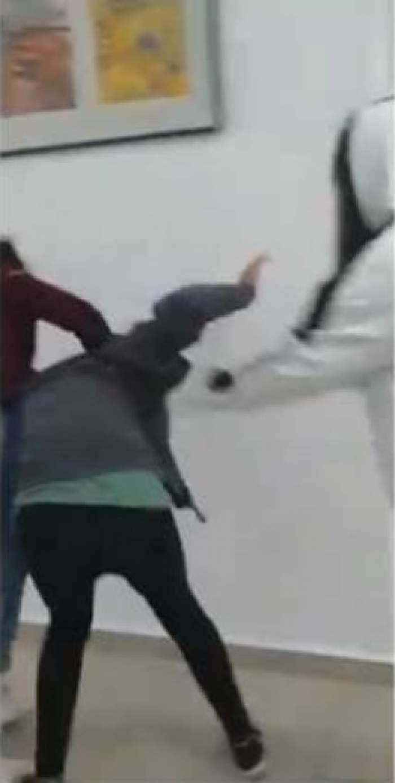 Elevă din Sânnicolau Mare, bătută cu sălbăticie de colegi. Ceilalți școlari s-au amuzat și au filmat întreaga scenă