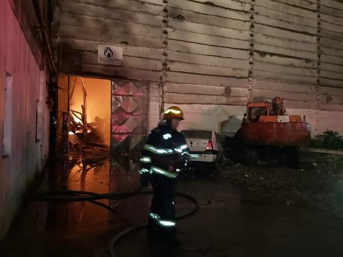 Incendiu în hala unei firme din Prahova care colecta deșeuri periculoase. Autoritățile au emis un mesaj Ro-Alert