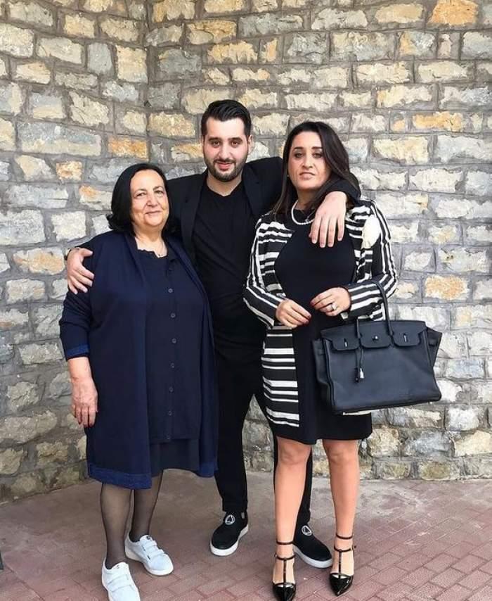 Enzo de la Chefi la cuțite cu mama și bunica lui. Ele poartă rochii negre și bleumarin, iar el le ține în brațe și e îmbrăcat în negru din cap până în picioare.