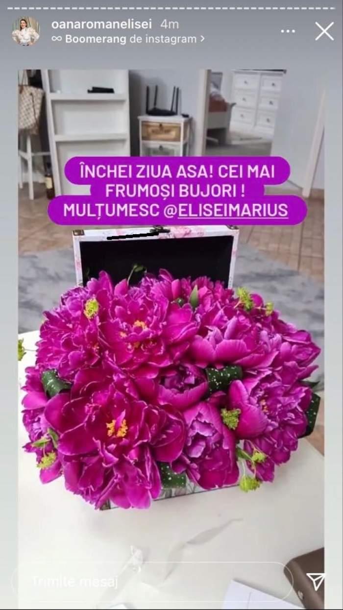 Buchetul de bujori roz oferit de Marius Elisei pentru Oana Roman. Florile se află pe masă, într-o cutie.