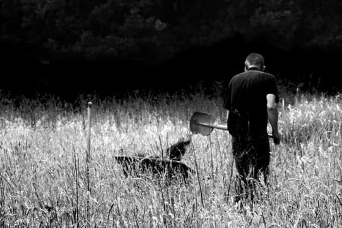 Bărbat din Bacău, ucis şi îngropat de fiu în curtea casei. Chiar victima săpase groapa