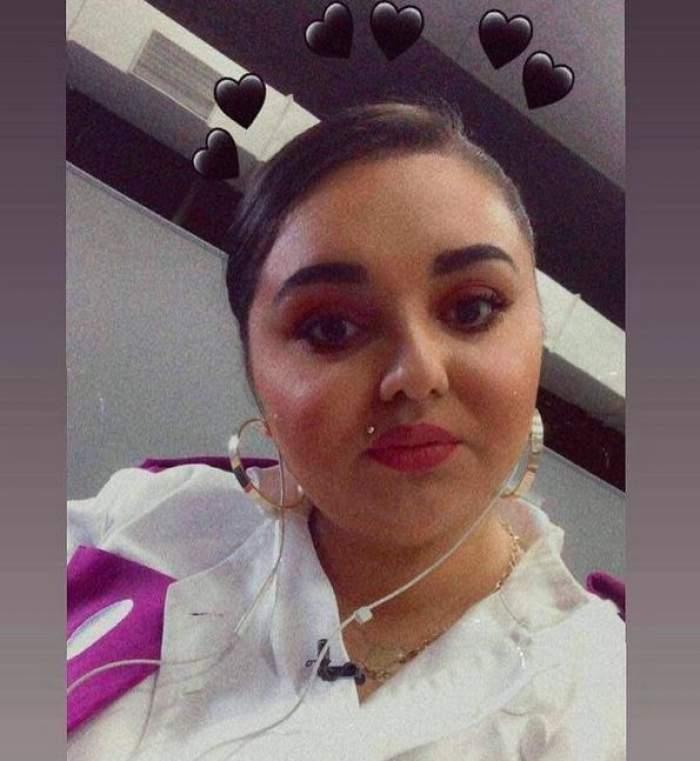 Narcisa Birjaru își face un selfie în timp ce are căști albe în urechi și poartă uniforma albă de la Chefi la cuțite.