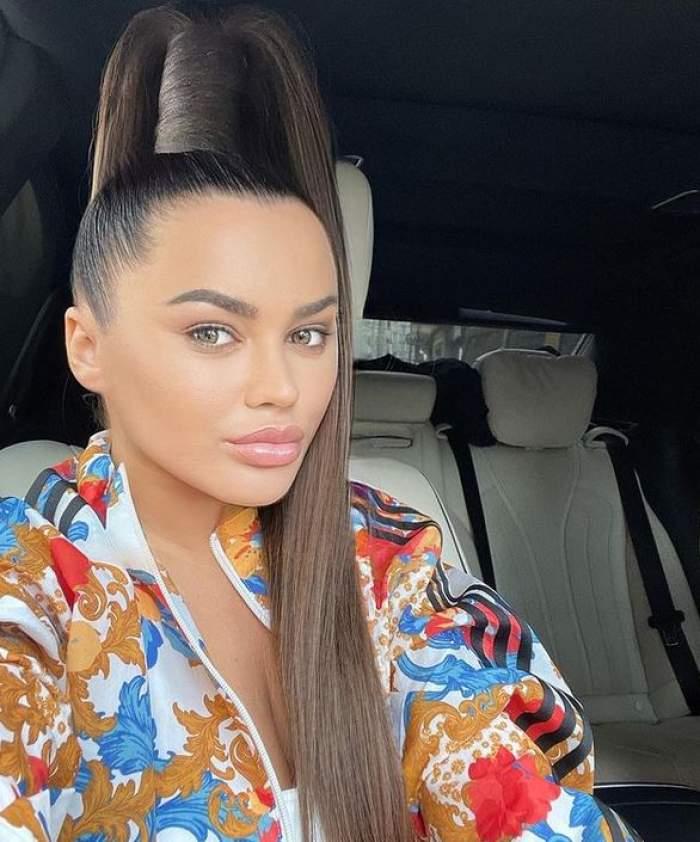 Carmen de la Sălciua își face un selfie din mașină, are părul prins în coadă de cal și poartă o bluză de trening colorată.
