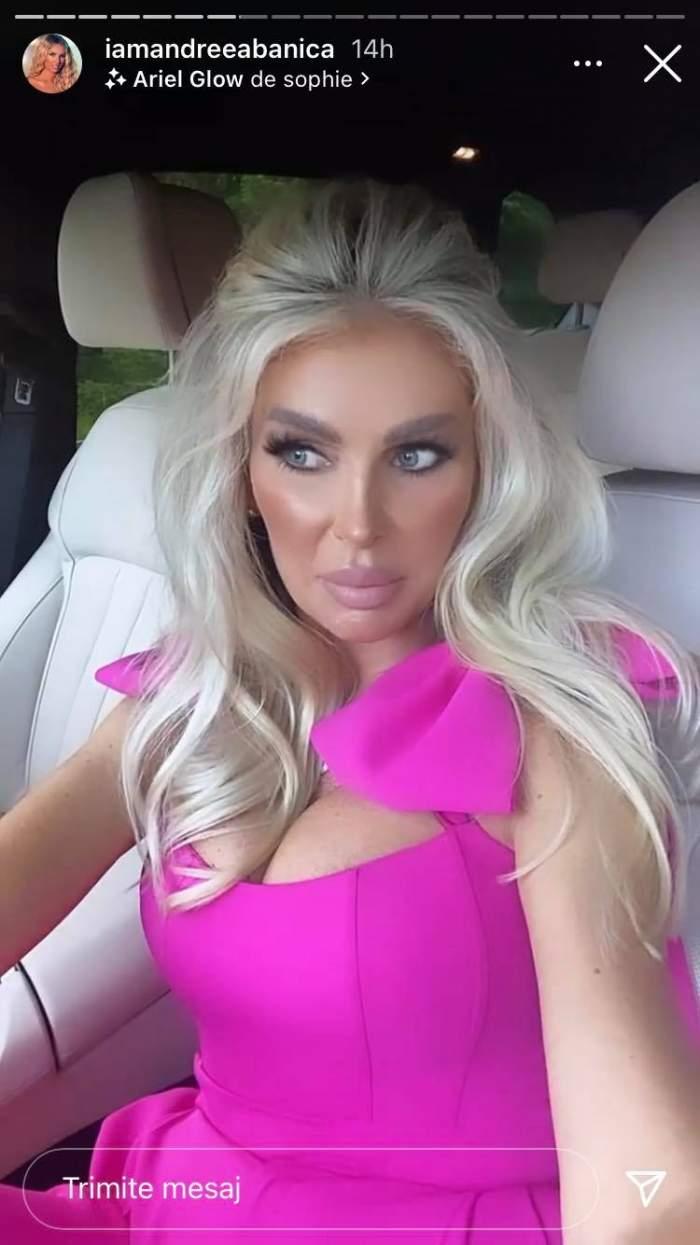 Andreea Bănică e în mașina ei și poartă o salopetă roz cu fundițe la umeri.