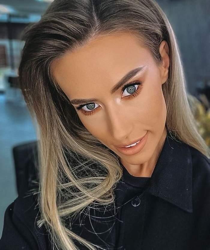 Gabriela Prisăcariu își face un selfie, zâmbește larg și poartă o cămașă neagră.