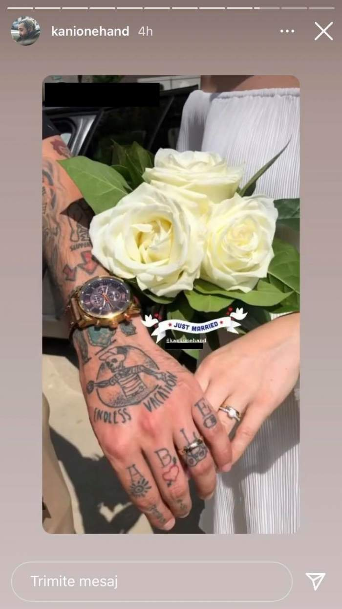 Kani și soția lui cu verighetele argintii pe degete. Buchetul miresei e format din trandafiri albi.