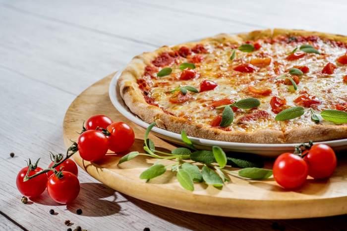 Pizza la tigaie cu aluat turnat, rețeta rapidă pentru cină