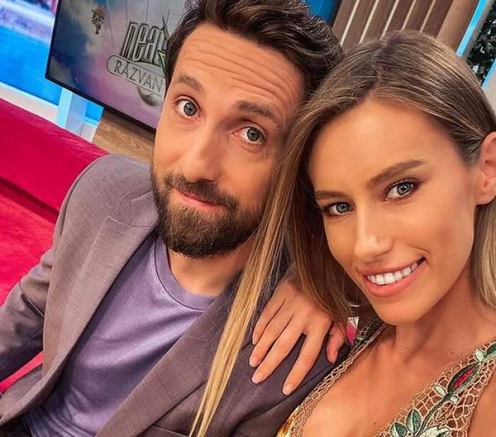 Gabriela Prisăcariu și Dani Oțil într-un selfie. Ea poartă o rochie crem, brodată, iar el sacou și tricou lila.