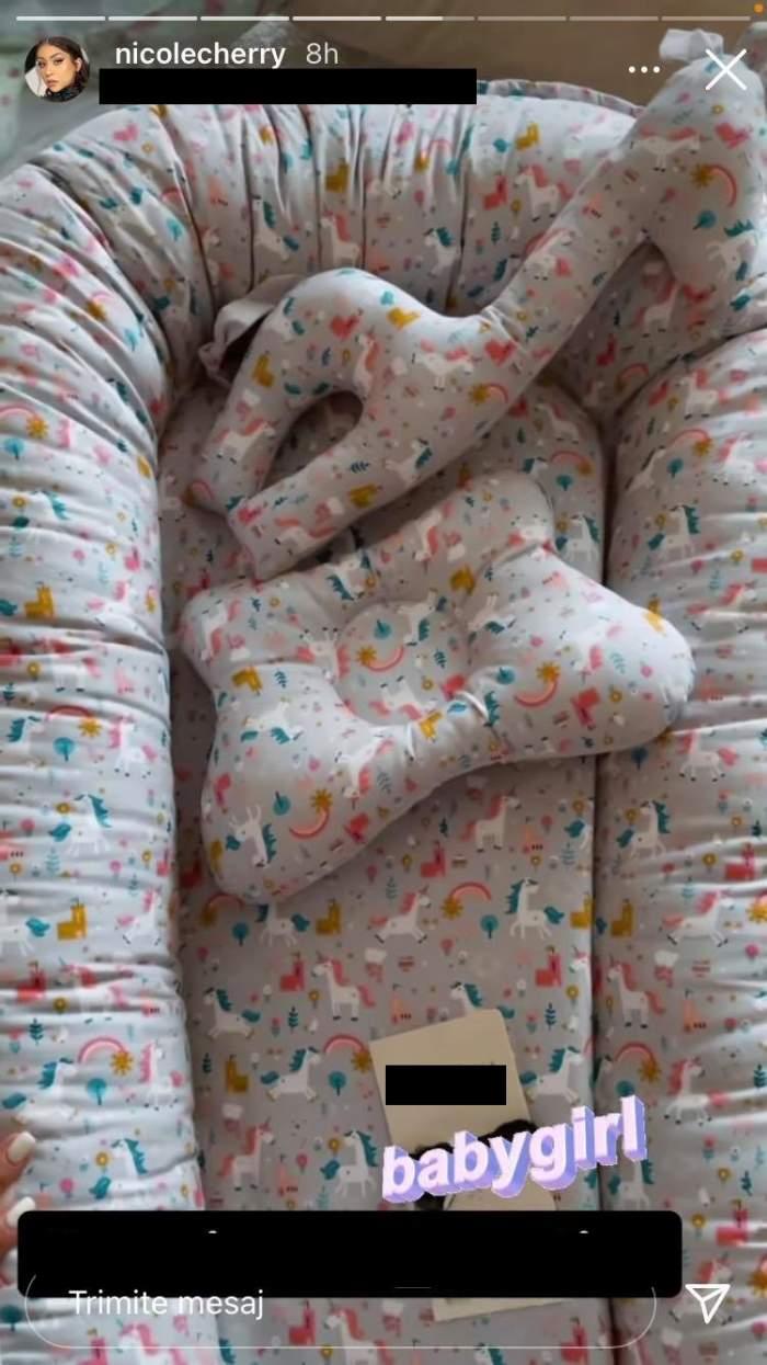 Nicole Cherry a primit un set gri cu imprimeu pentru fetița ei, format din pernuțe și pătuț.