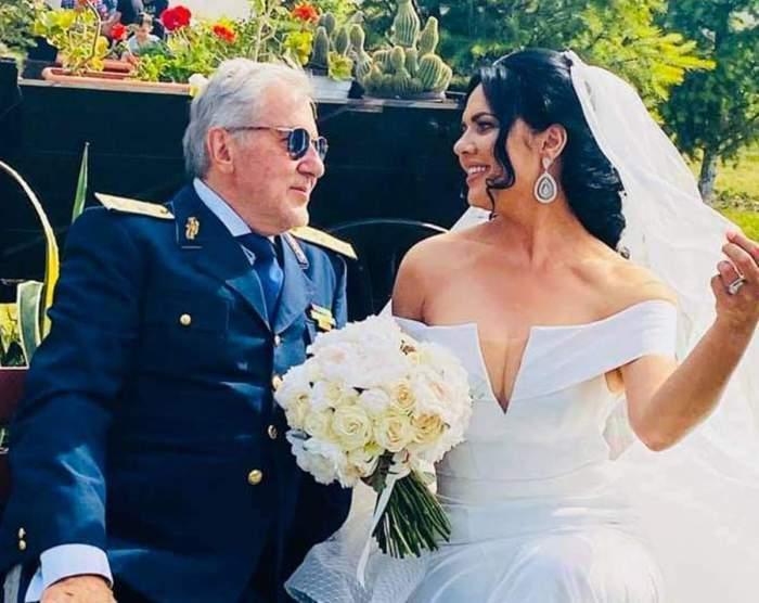 Ioana Simion și Ilie Năstase la nunta lor. Ea poartă voal, rochie albă de mireasă și ține în mână buchetul, iar el poartă un costum bleumarin.