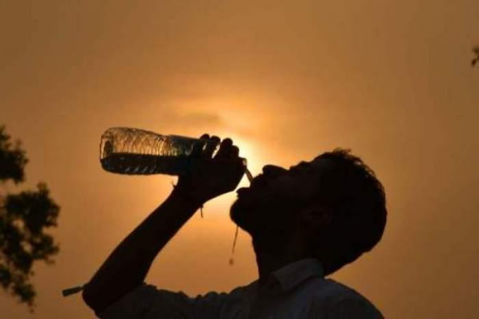 cineva care bea apa