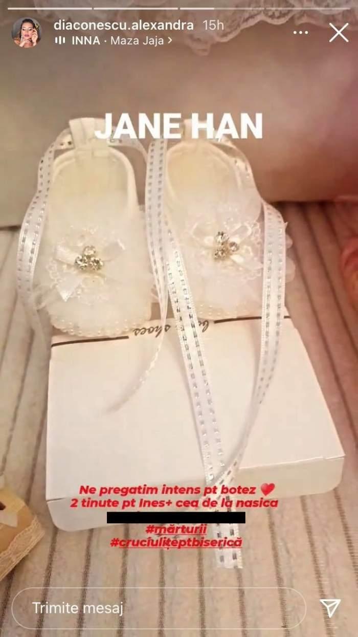 Pantofiorii pentru botezul lui Ines, fiica Alexandrei Diaconescu, sunt albi și sunt așezați pe o cutie.