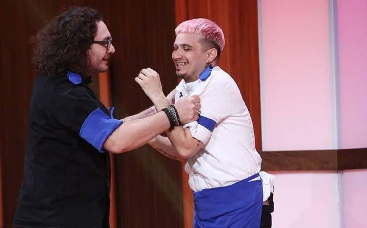 Keed și Florin Dumitrescu sunt la Chefi la cuțite. Juratul îl ține de brațe și poartă ochelari de vedere.