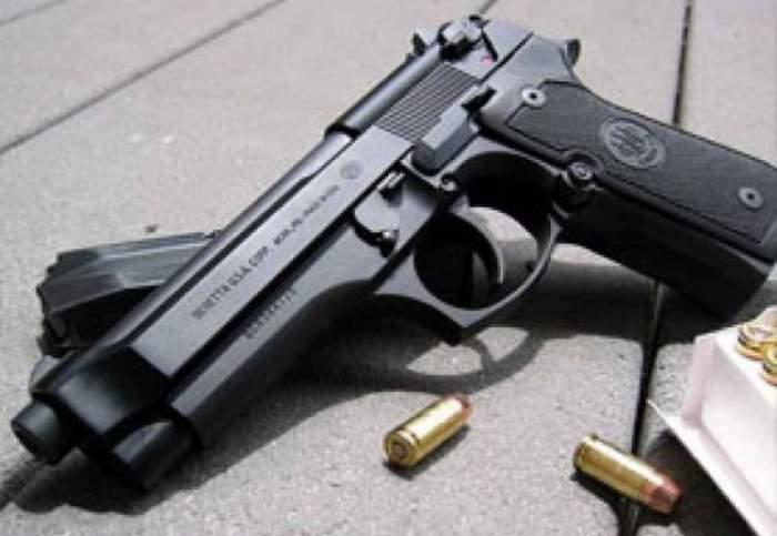 Un bărbat a fost arestat după ce și-a uitat arma deținută ilegal într-o cabină de probă a unui centru comercial din București