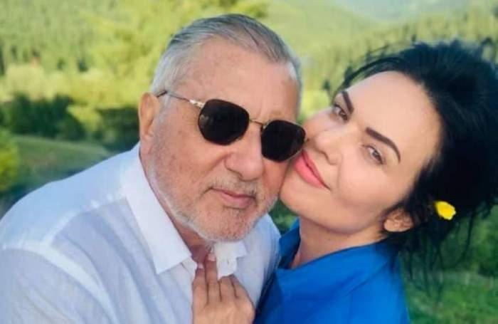 Ioana Simion și Ilie Năstase sunt îmbrățișați. El poartă o cămașă albă, iar ea una albastră și zâmbesc amândoi.