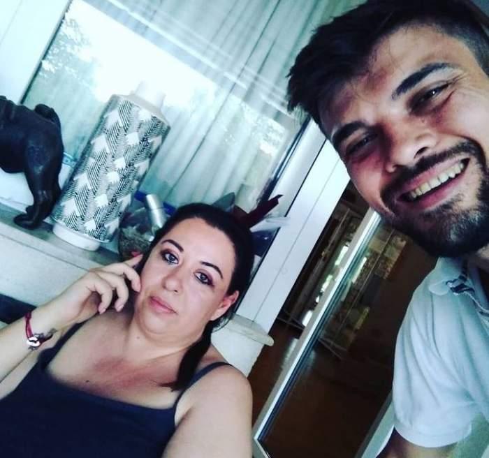 Oana Roman și Marius Elisei pe vremea când erau împreună. Ea portă un maiou negru și vorbește la telefon, iar el un tricou alb.